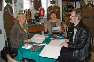 """Raz w tygodniu spotyka się """"komitet zegarowy"""" z SPZG by omówić kolejny plan działania. Od lewej przewodnicząca Urszula Kondracik, Danuta Kaczmarek i Roman Niparko."""