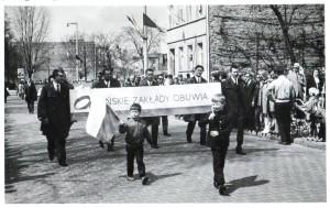 Lata 70 - te. Pochód 1 Majowy na ulicy Chopina. Kto rozpozna chłopców z flagami?