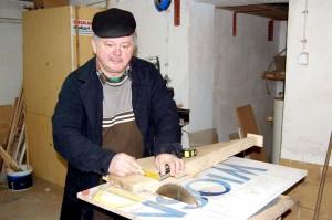 Henryk Białoń, stolarz zatrudniony w Urzędzie Miejskim wykonał tarczę zegara wiszącego od czerwca 2008 roku na Baszcie Ostrowskiej. Pracuje nad tarczą do drugiego zegara.