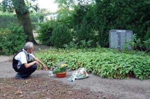 Kwiaty i znicz na polskich grobach w Guben