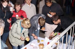 Oprócz strawy duchowej gościom 5. Nocy Muzeów serwowano  kiełbaski z grila. Smakowały znakomicie.