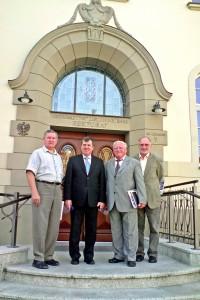 Na pamiątkę spotkania wspólna fotografia przed siedzibą rektoratu UZ: od lewej - J.Czabator. Cz. Osękowski, G.Quiel i A. Keller. (foto L.Waryńska)