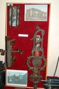 12. Metalowe elementy drzwi teatru na Wyspie Strzeleckiej