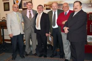 Pamiątkowe zdjęcie, stoją od lewej: Wiesław Łabęcki, burmistrz B.Bartczak, E.N. Pomar, S.K. Guder, Stefan Pilaczyński i Tadeusz Buczek.