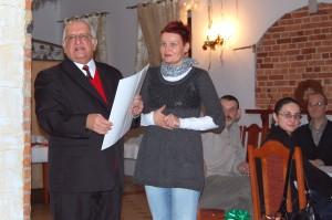 Wśród wyróżnionych przez zarząd SPZG była Sylwia Gajda. Na fotografii: odbiera z rąk prezesa S.Pilaczyńskiego upominek i gratulacje
