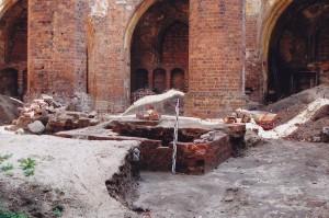 Odsłonięta podstawa ołtarza głównego w gubińskiej farze