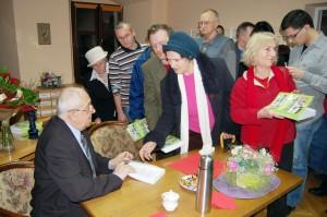 Z.Traczyk cierpliwie podpisywał swoje dzieło. Kolejka po dedykację i autograf była długa.