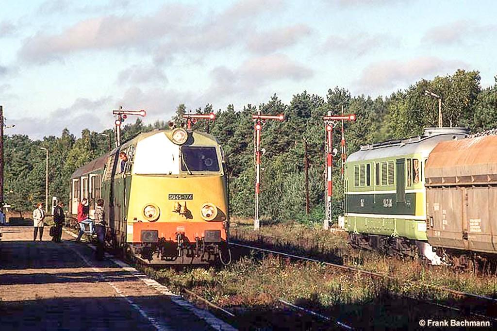 Kursowanie pociągów osobowych z gubińskiego dworca dobiega końca. Lokomotywa spalinowa ciągnie tylko jeden wagon z pasażerami